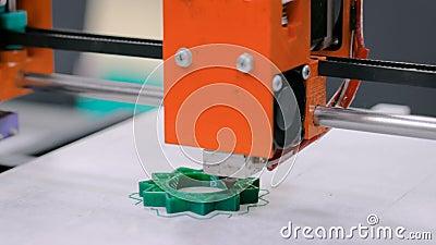 Processo de imprimir o modelo pl?stico na m?quina autom?tica da impressora 3d video estoque