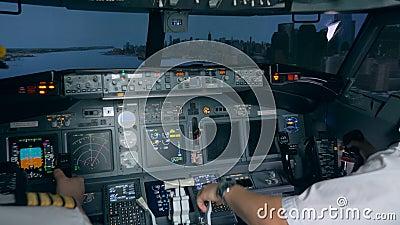 Processo di addestramento di atterraggio tenuto in un simulatore di volo Interno moderno della cabina dell'aeroplano del passegge archivi video