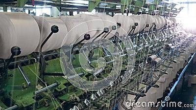 Processo di cucito di un meccanismo industriale Linea di produzione tessili video d archivio