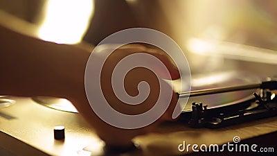Processus en gros plan de placer une aiguille d'un joueur de vinyle sur un disque vinyle Le concept de la musique Joueur de vinta banque de vidéos