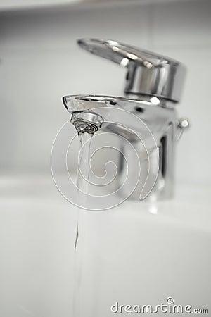 Robinet d eau avec le foyer sur l eau sortant du robinet