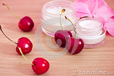 Prodotto di bellezza con gli ingredienti naturali (ciliege)