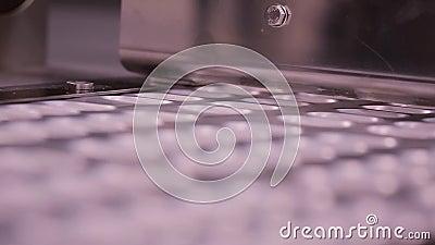 Produção do comprimido da tabuleta Transporte empolando Interior de um equipamento da indústria farmacêutica para caixas de embal video estoque