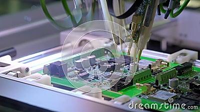 Produ??o da placa de circuito eletr?nico A máquina automatizada da placa de circuito produz a placa eletrônica digital impressa video estoque