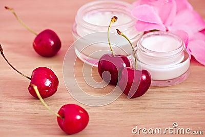 Producto de belleza con los ingredientes naturales (cerezas)
