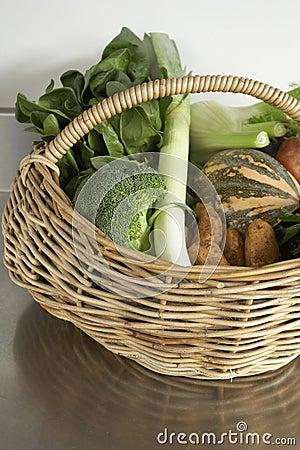 Producto del invierno, verduras frescas en cesta
