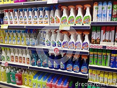 Productos de limpieza del hogar para la venta en una for Articulos para limpieza del hogar