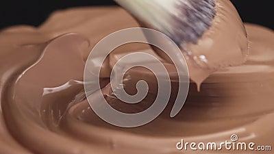 Produits cosmétiques de maquillage pour soins du visage cosmétiques décoratifs professionnels teintant même parfait texture liqui banque de vidéos