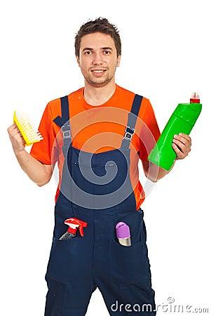 Produtos de limpeza da preensão do homem do trabalhador