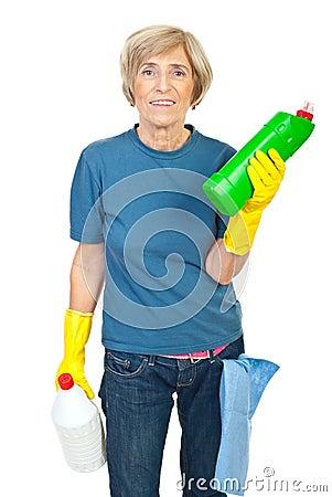 Produtos de limpeza sênior da terra arrendada da mulher