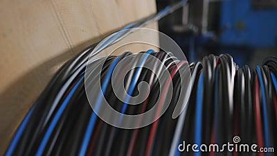 Produzione industriale di cavi avvolgere il cavo sulla bobina stock footage