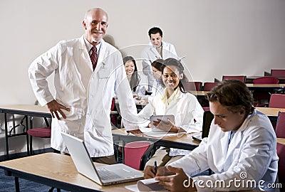 Profesor con los estudiantes de medicina en sala de clase