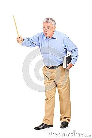 Professeur mûr fâché retenant une baguette magique et faire des gestes