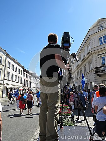 Free Professional Cameraman Filming And Broadcasting On Platform In City Stock Photography - 116876372