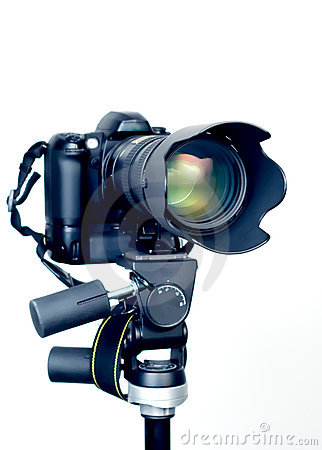 Free Professional DSLR Camera With Telephoto Zoom Lens On Tripod Royalty Free Stock Images - 611509
