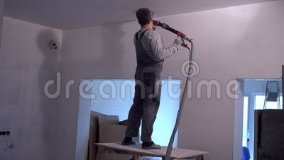 Professioneel arbeiders oppoetsend plafond met het malen van schuurpapiermachine stock video