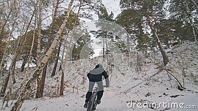 Professioneel en extreem sportief fietsen in de buitenlucht Stijldalende Rijden met fietsers in de winter in de sneeuw stock videobeelden