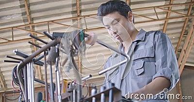 Professioneel mensen mechanisch binnengaand kader en het zoeken van hulpmiddelen naar reparatie in de autodienst stock footage