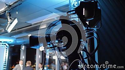 Professionele camera's op een driepoot in een tv-studio stock videobeelden