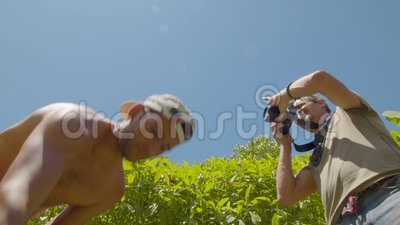 Professionele fotograaf die foto's maakt van een jongleur met een lage hoek stock videobeelden
