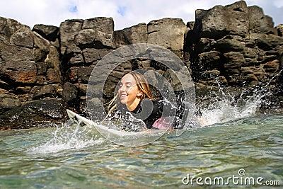 Professionele Vrouw Surfer Cecilia Enriquez Redactionele Fotografie