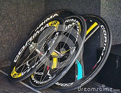Professionell som cyklar hjul Redaktionell Fotografering för Bildbyråer