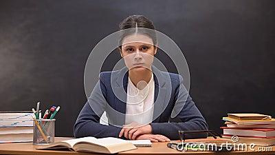 Professor fêmea sobrecarregado Tired que olha à câmera, problemas no trabalho, neutralização video estoque