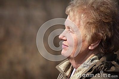 Profiel van oude vrouw