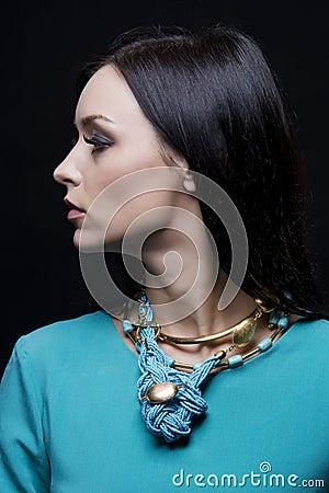 profil de la belle femme la mode portant les v tements et les bijoux cyan photo stock image. Black Bedroom Furniture Sets. Home Design Ideas