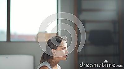 Profil des schwangeren Mädchens sitzend in der Yogahaltung Palme auf Solarplexus