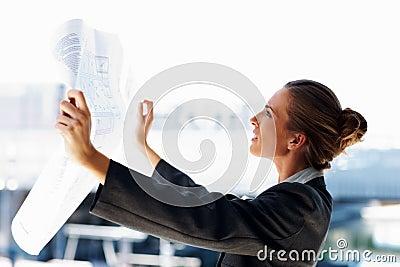Profil einer Geschäftsfrau, die eine Lichtpause studiert