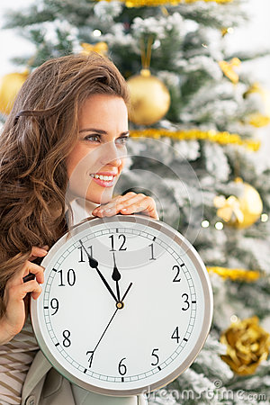 Free Profile Woman With Clock Near Christmas Tree Royalty Free Stock Images - 47002209