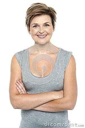 Profilen sköt av den charmiga kvinnan som exponerar ett leende