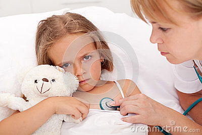 Profissional de saúde que verific a menina doente