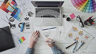 Progettista creativo che lavora ad una progettazione di logo video d archivio