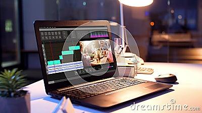 Programa de editor de vídeo sobre portátiles en la oficina nocturna almacen de video