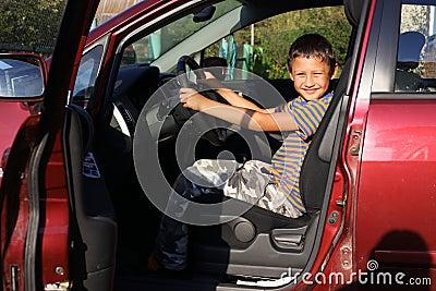 Programa piloto del muchacho en coche