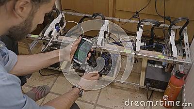 Programador que monitora o progresso proximamente de mineração do cryptocurrency usando um app do software que segue com o dedo n video estoque