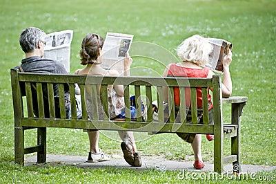 Programas de lectura del periódico Foto de archivo editorial