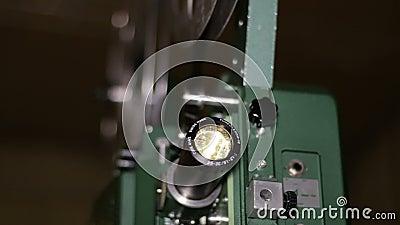 Projecteur de film projet le foyer de support de film de 16mm banque de vidéos