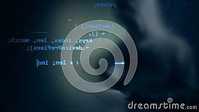 Projectie van een computervertoning en een vaag silhouet van een mannelijke hakker stock footage