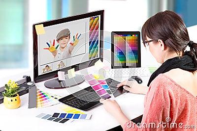 Projektant grafik komputerowych przy pracą. Kolor próbki.