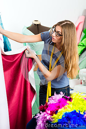 Projektant mody lub krawczyna pracuje w studiu