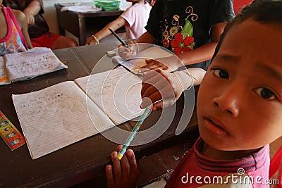 Projetez le soin de gosses de Cambodgien Photo éditorial