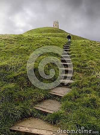 Promenade vers le haut de massif de roche de Glastonbury