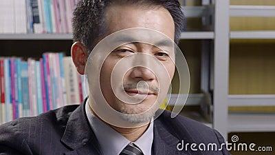 Proposta asiática do negócio da leitura do executivo empresarial vídeos de arquivo