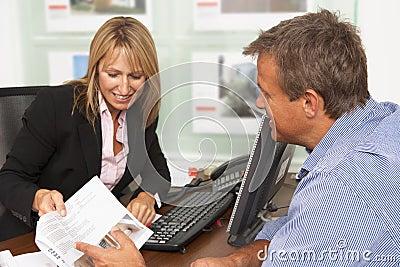 Proprietà femminile che discute i particolari della proprietà