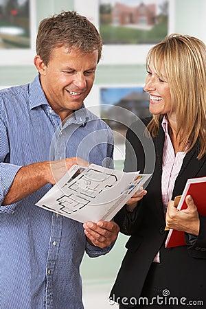 Proprietà femminile che discute i particolari con il cliente
