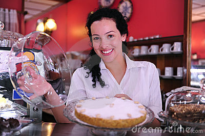Propriétaire d un café affichant un gâteau