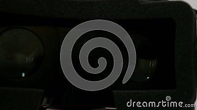Prospettiva di POV di mettere i vetri di realtà virtuale sugli occhi e di presa loro del VR fuori stock footage